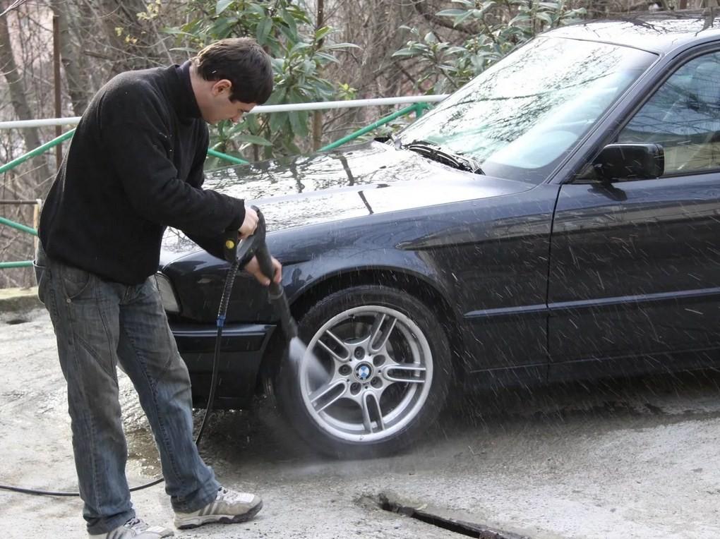 Россиянам запретят мыть машины непосредственно во дворе